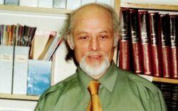 Literatūros kritikas Alfredas Guščios, šios recenzijos autorius.
