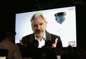 Džulijanas Asandžas interviu šiuo metu dažniausiai dalina telefonu arba internetu Skype pagalba.