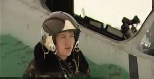 Nadežda Savčenko dėvi karo lakūnės uniformą.