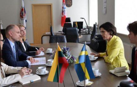 Vidaus reikalų ministras Tomas Žilinskas ir Švedijos ambasadorė Lietuvoje Cecilia Ruthström-Ruin.