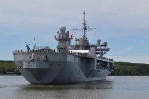"""Kpt. ltn. Antano Brenčiaus nuotraukoje: JAV karinis laivas """"USS Mount Whitney""""."""
