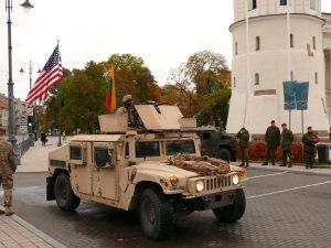Amerikiečių kariai vilniečiams demonstruoja savo ginklus. Vytauto Visocko (Slaptai.lt) nuotr.