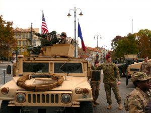 Virš šarvuočio plaikstosi JAV vėliava. Vytauto Visocko (Slaptai.lt) nuotr.