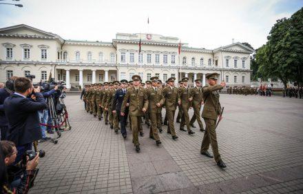 Pirmojo karininko laipsnio suteikimo ceremonija Karo akademijos absolventams. Ievos Budzeikaitės nuotr.