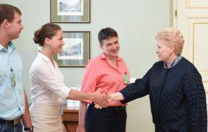 Prezidentė Dalia Grybauskaitė sveikinasi su Vira Savčenko.