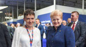 Ukrainos lakūnė Nadija Savčenko ir Lietuvos Prezidentė Dalia Grybauskaitė. Lietuvos prezidento kanceliarijos (Robertas Dačkus) nuotr.