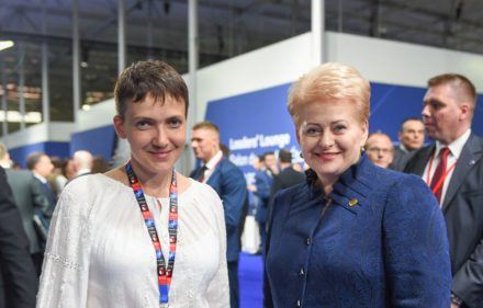 Ukrainos lakūnė Nadija Savčenko ir Lietuvos Prezidentė Dalia Grybauskaitė.