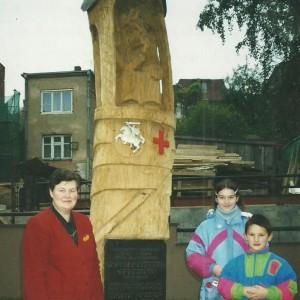 Prie koplytstulpuio - Aldona Vasiliauskienė su anūkais (A.Zolubo archyvo nuotr).