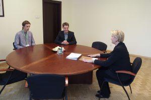 """Projekto """"Moksleiviai – į Vyriausybę"""" dalyviai  Mindaugas Dirginčius ir Augustas Alekna susitinka su finansų ministre Rasa Budbergyte."""