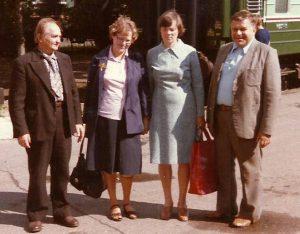 Stotyje iš kairės į dešinę: Vaclovas Markevičius, Doris Oberviller, Žaneta Markevičienė, Algimantas Zolubas. 1984 metai; A.Zolubo archyvo nuotrauka.