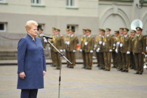 Prezidentė Dalia Grybauskaitė sveikina naujuosius Lietuvos leitenantus.