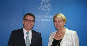 Finansų ministrė Rasa Budbergytė ir Nyderlandų Karalystės ambasadorius Lietuvoje Bertas vander Lingenas.