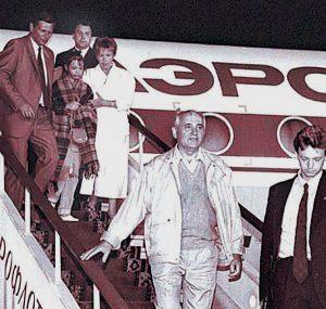 Michailas Gorbačiovas išsikvėpus perversmui grįžta iš Krymo į Maskvą.