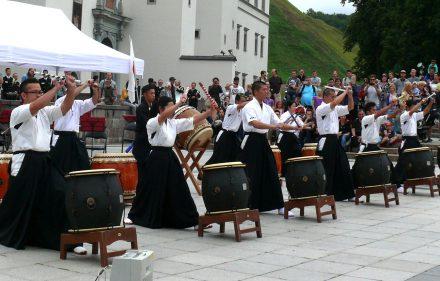 Japonų būgnininkai Vilniaus Arkikatedros aikštėje. Vytauto Visocko (Slaptai.lt) nuotr.