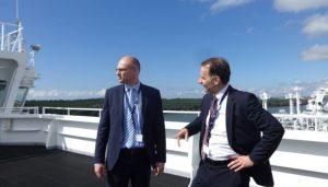 VRM vadovas Tomas Žilinskas (kairėje) lankėsi Klaipėdoje esančiame suskystintų gamtinių dujų (SGD) terminale.