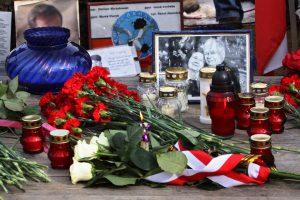 Gėlės skirtos žvusiam Lenkijos prezidentui Lechui Kačinskiui pagerbti.