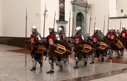 Prie Valdovų rūmų - viduramžių kariūnai. Slaptai.lt nuotr.