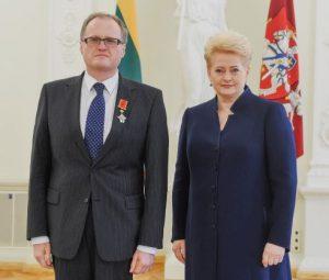 Filosofas Leonidas Donskis ir Prezidentė Dalia Grybauskaitė. Prezidento kanceliarijos (Robertas Dačkus) nuotr.