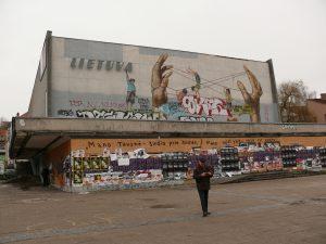"""Buvęs """"Lietuvos"""" kinoteatras Vilniuje nūnai - apleistas, prišnerkštas, aprašinėtas. Tokios Lietuvos tikrai nenorime. Vytauto Visocko (Slaptai.lt) nuotr."""