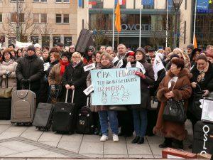 Prie Lietuvos Vyriausybės susirinkę lietuviai reikalauja orių gyvenimo sąlygų. Vytauto Visocko (Slaptai.lt) nuotr.