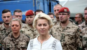 Vokietijos gynybos ministre Ursula von der Leyen - vokiečių karių apsuptyje.