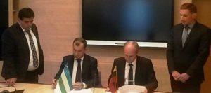 Sutarties su Uzbekistano partneriais pasirašymo akimirka.