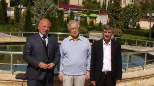 Kubos žydų bendruomenės pirmininkas Pisachas Isakovas (kairėje), Kalnų žydų bendruomenės vadovas Jurijus Naftalijevas (dešinėje) ir istorikas Algimantas Liekis (centre).