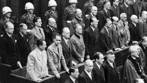 Niurnbergo teismo salėje.