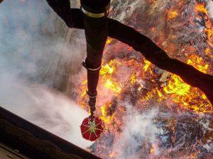 Taip atrodo gaisras iš vandenį liejančio karinio sraigtasparnio.
