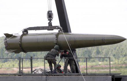Rusijos kariai montruoja Iskander raketą.