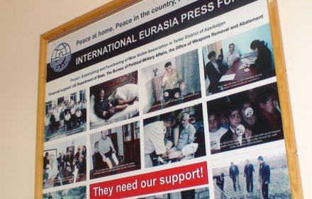 """""""International Eurasia Press Fund"""" stendas, pasakojantis apie suteikiamą pagalbą nukentėjusiems nuo minų."""
