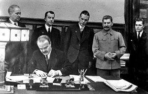 Dešinėje - Josifas Visarionovičius Stalinas.