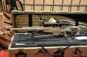 """Jungtinės Karalystės kompanijos """"Accuracy International"""" gaminami snaiperiniai ginklai AXMC."""