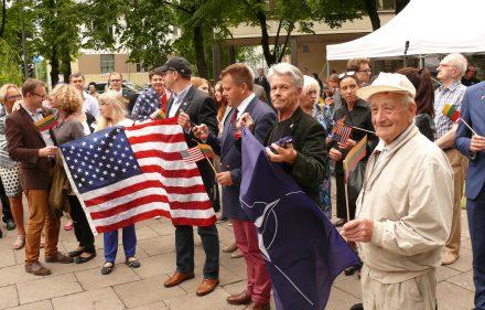 Amerikos ir NATO vėliavos Vašingtono skvere Vilniuje. Vytauto Visocko (Slaptai.lt) nuotr.