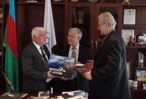 Su International Eurasia Press Fund vadovu Umudu Mirzojevu kalbasi istorikas Algimantas Liekis ir slaptai.lt žurnalistas Gintaras Visockas.