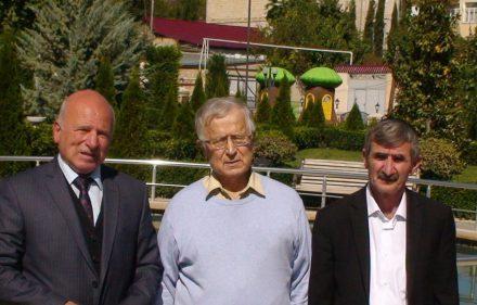 Kubos žydų bendruomenes vadovai Pisachas Isakovas (kaireje), istorikas Algimantas Liekis ir Kalnų žydų bendruomenės pirmininkas Jurijus Naftalijevas