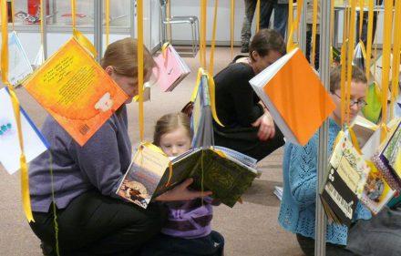 Knygas skaitantys vaikai. Vytauto Visocko (Slaptai.lt) nuotr.