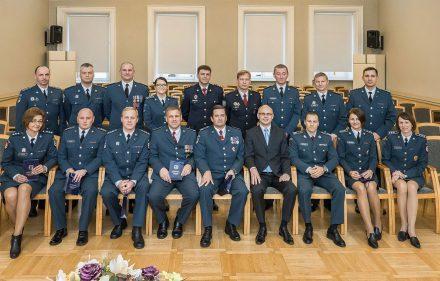 Vidaus reikalų ministras Tomas Žilinskas su pareigūnais, kuriems suteikti aukštesnieji pareigybiniai laipsniai.