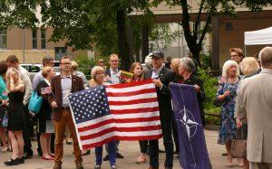 Centre: konservatorius Žygimantas Pavilionis (su kepure), laikantis JAV vėliavą.