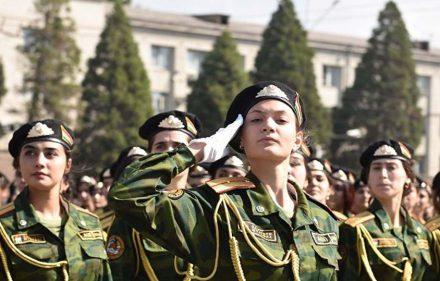 Tadžikistano kariuomenėje tarnauja ir moterys. Karinis paradas Dušanbėje.