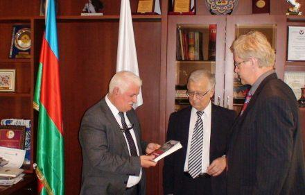 International Eurasia Press Fund vadovo Umudo Mirzojevo kabinete: istorikas Algimantas Liekis ir slaptai.lt žurnalistas Gintaras Visockas.