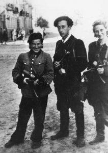"""Žydų keršytojų organizacijos """"Nakam"""" lyderis Aba Kovneris (centre), siekęs nunuodyti šešis milijonus vokiečių."""