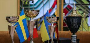Seimo rūmuose surengto šachmatų turnyro taurės. Seimo kanceliarijos Spaudos biuro nuotr.