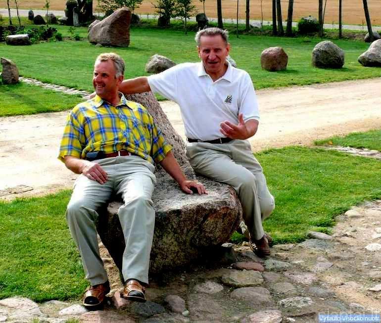Ūkininkas G. Ališauskas su LPD pirmininku J. Dingeliu akmeniniame krėsle