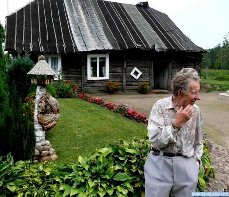 K. Uogintas prie senojo namo
