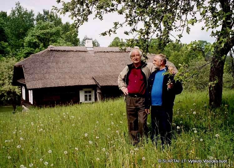 Kurso draugai prie Jono Biliūno namo Niūronyse