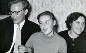 Dainuoja A.Girdenis, T.Daržinskaitė ir G.Šmulkštytė