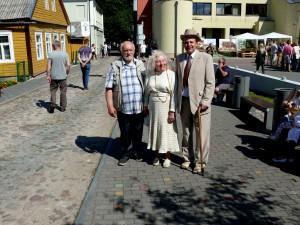 Anykščių garbės piliečiai Milda ir Vygandas Račkaičiai su muziejaus direktoriumi Antanu Verbicku