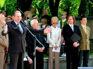 LPD pirmininkas J. Dingelis bandė apkabinti visus šventės dalyvius
