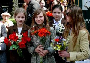 Moksleivių gėlės svečiams